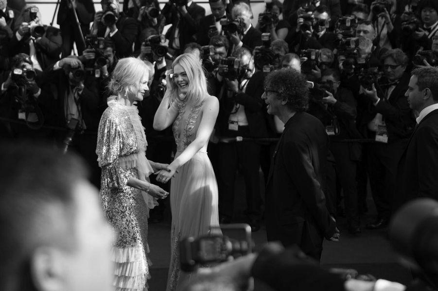 Moment de complicité entre Nicole Kidman et Elle Fanning lors de la montée des marches.