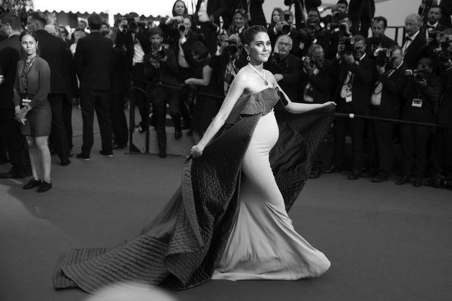 Enceinte, l'actrice Araya Hargate monte les marches.