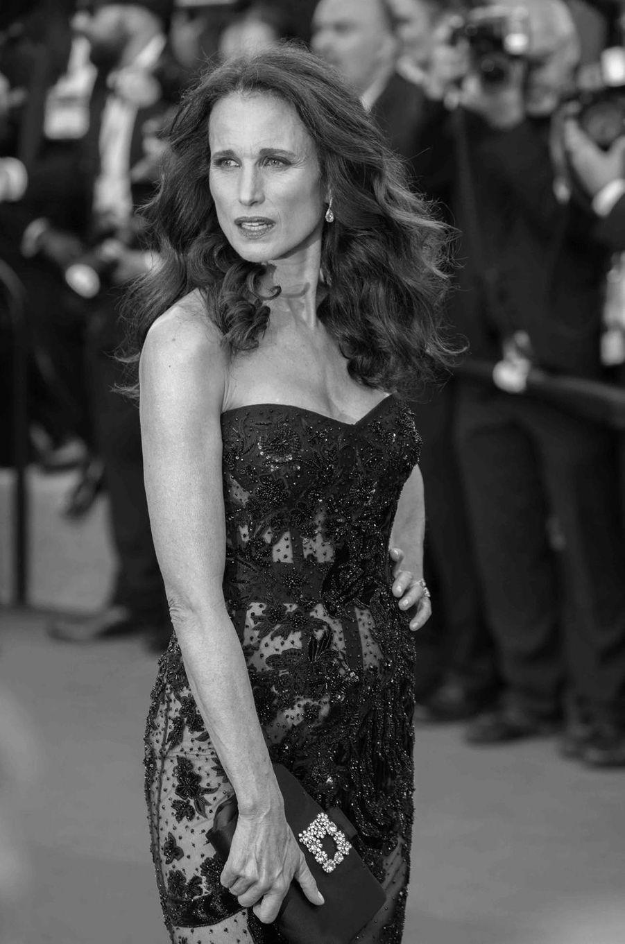 Andie MacDowell monte les marches du Festival de Cannes 2017.