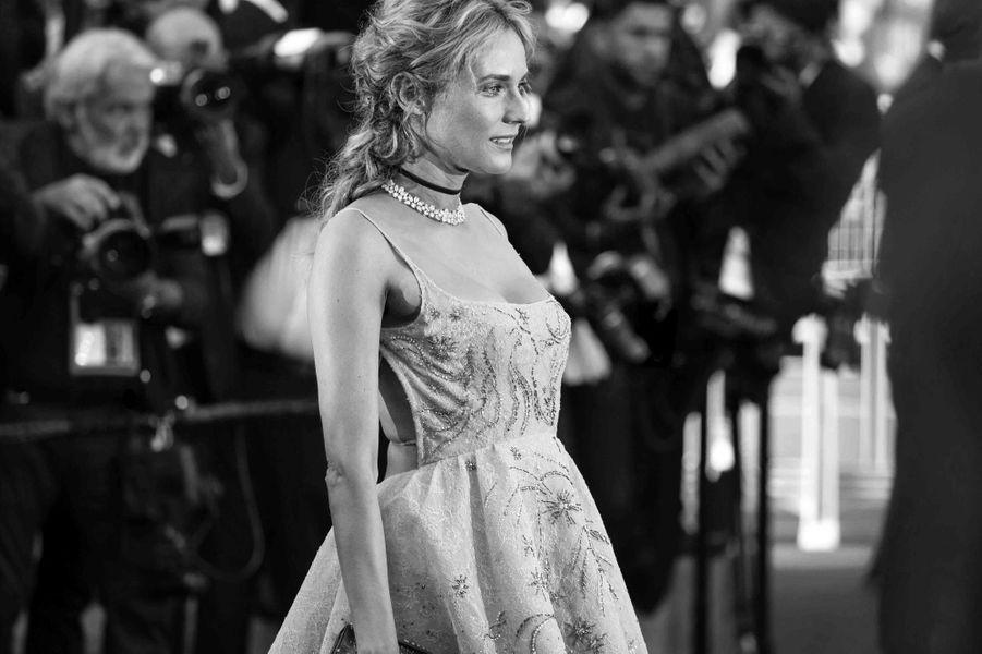 Diane Kruger monte les marches.