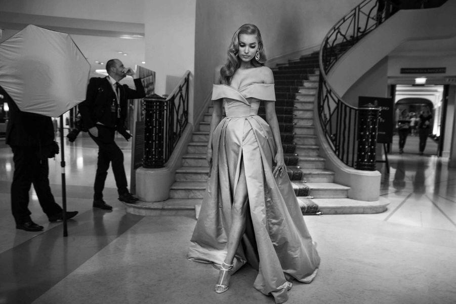 Elsa Hosk pose dans le lobby de l'Hotel Martinez à Cannes.