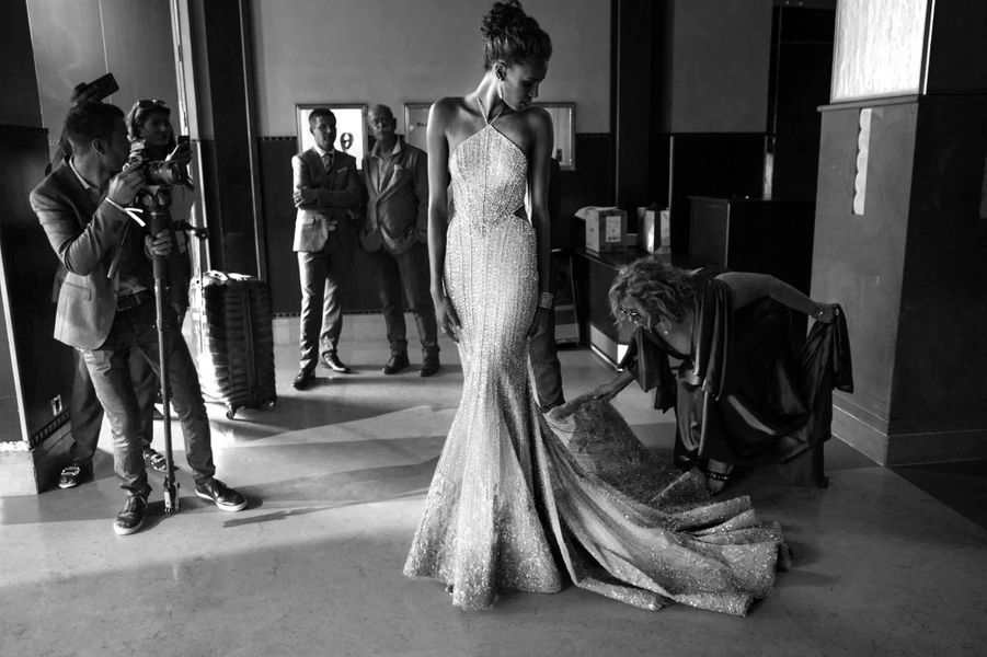 Séance photo pour la mannequin Cindy Bruna dans le lobby de l'Hôtel Martinez.