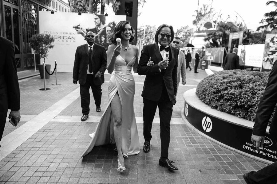 Pause gourmande pour Bella Hadid accompagnée de son père Mohamed Hadid.