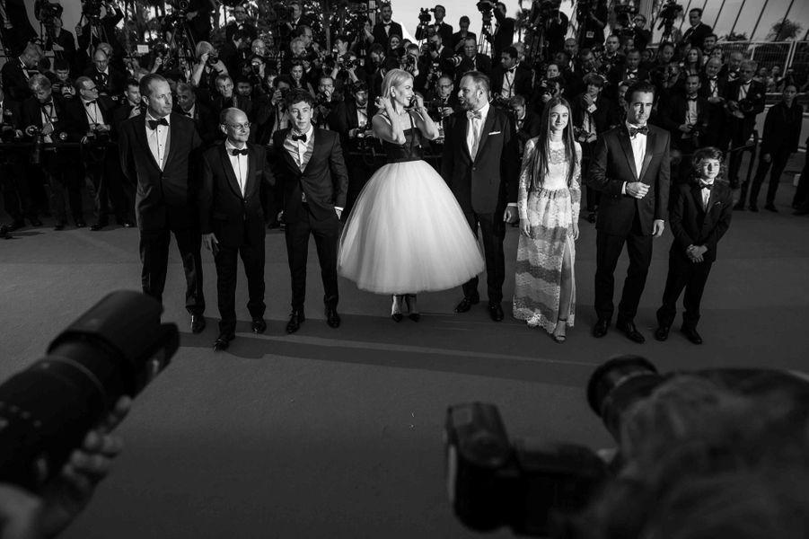 Montée des marches de Nicole Kidman et l'équipe du film «Mise à mort du cerf sacré».