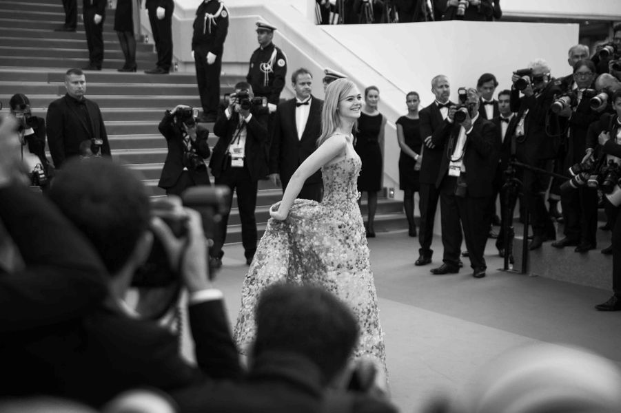 La ravissante Elle Fanning monte les marches de Cannes.