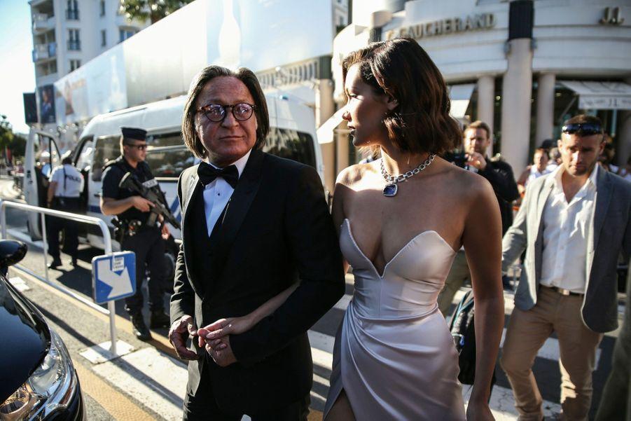 La top model Bella Hadid, en robe bustier haute couture Alexandre Vauthier, et son père, Mohamed Hadid, magnat de l'immobilier, le 17 mai.