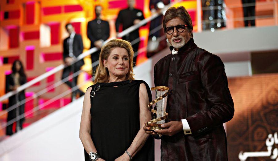 Le réalisateur Amitabh Bachchan a reçu un prix samedi soir des mains de Catherine Deneuve.