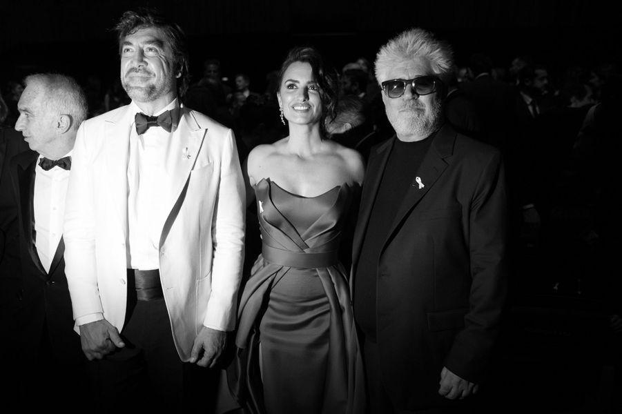 Penélope Cruz pose en compagnie de Javier Bardem et de Pedro Almodóvar.