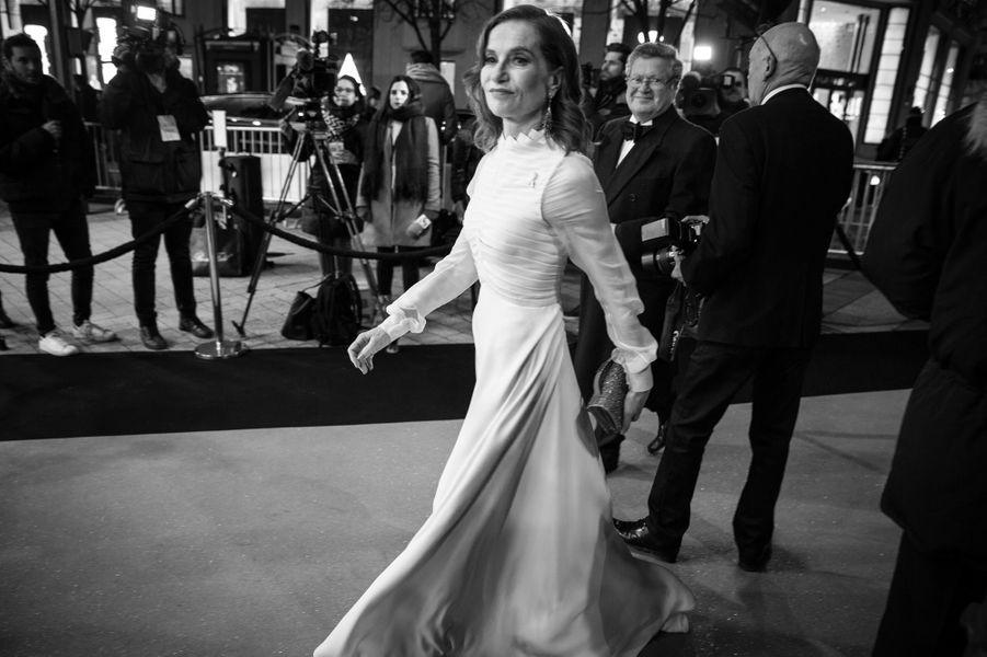 Isabelle Huppert arrive au Fouquet's.