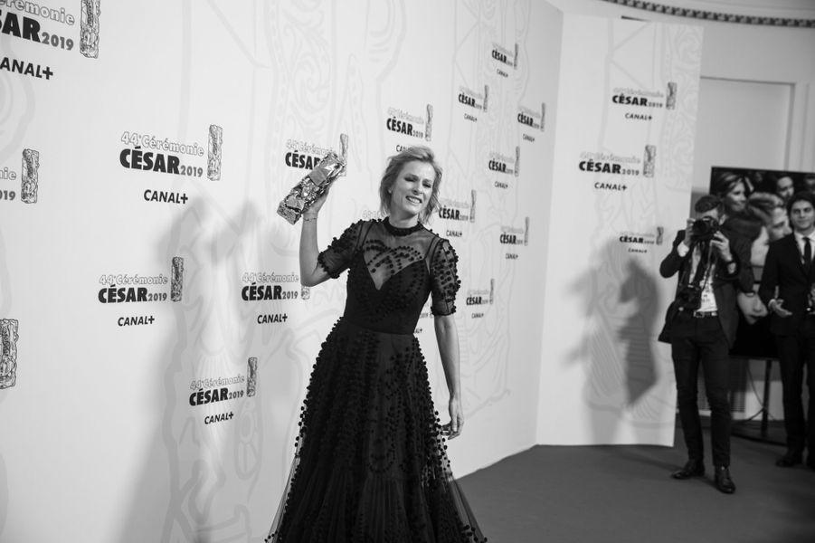 """Karin Viard, César de la meilleure actrice dans un second rôle pour """"Les Chatouilles""""."""
