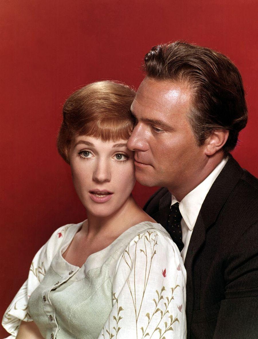 """Julie Andrews et Christopher Plummer posent pour la promotion de """"La Mélodie du bonheur"""" de Robert Wise en 1965."""