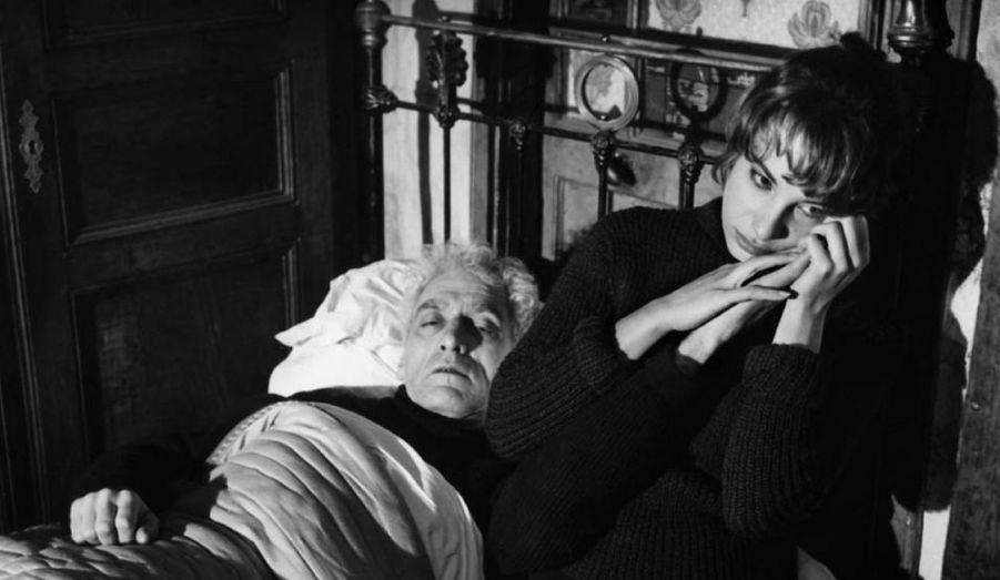 """Le premier film de Claude Chabrol et de la fameuse """"Nouvelle Vague"""", le récit d'un homme qui revient en Creuse et découvre son ami plongé dans les affres de l'alcoolisme."""