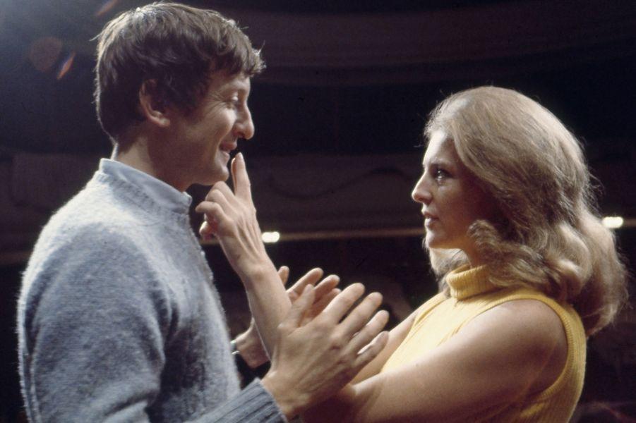 Claude Rich et NIcole Courcel sur scène en 1968