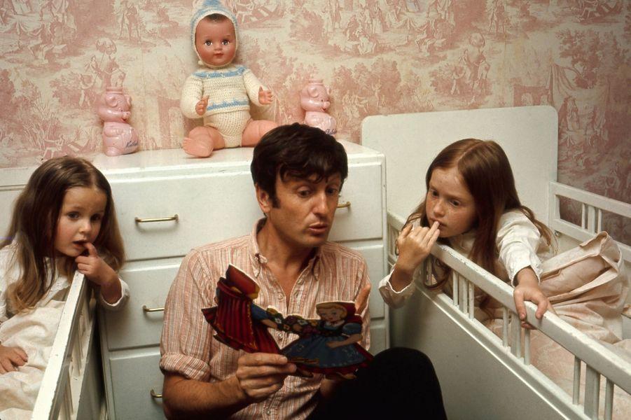 Claude Rich lisant une histoire à ses filles, Delphine et Nathalie