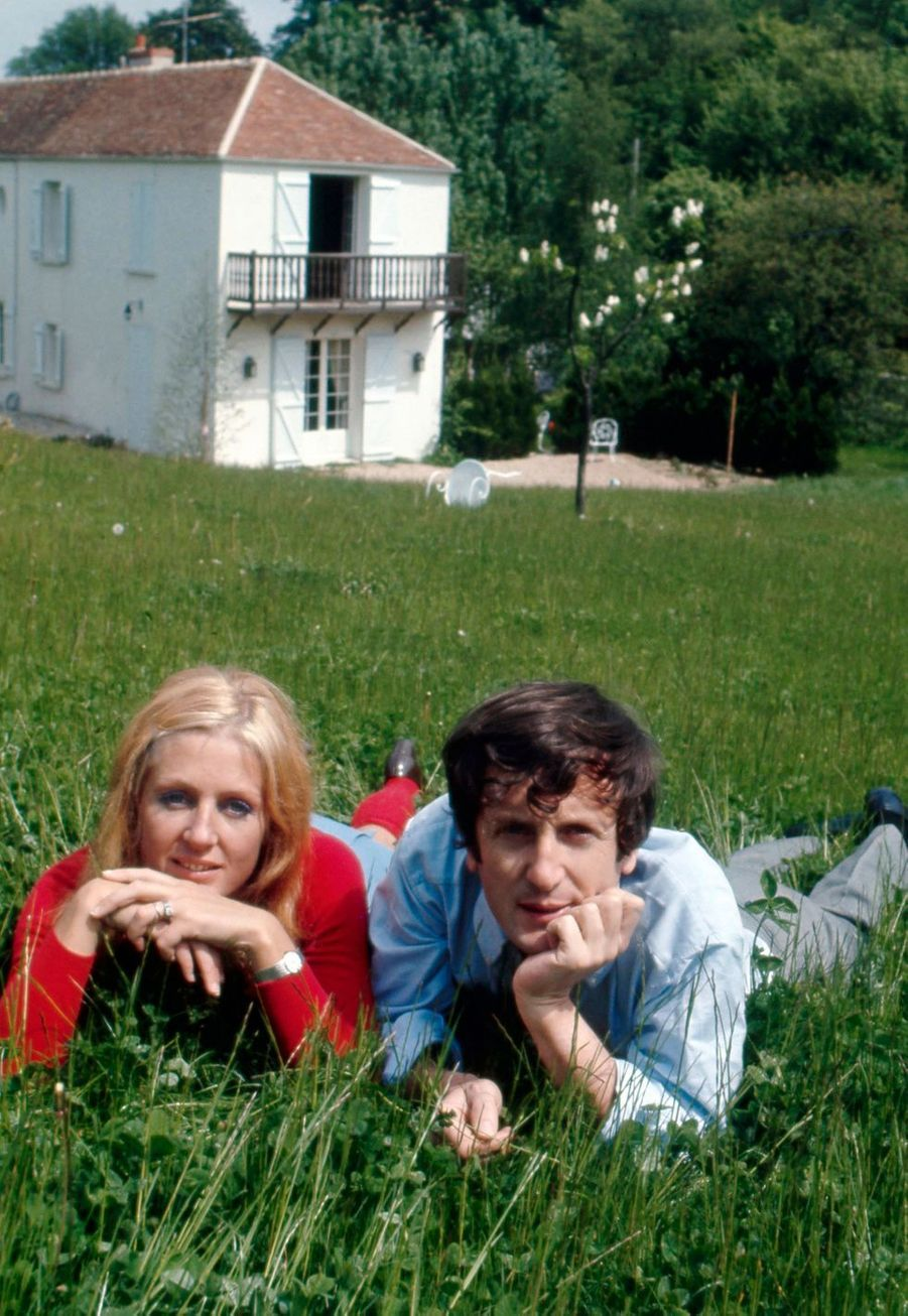 Claude Rich et son épouse Catherine devant leur maison à Orgeval