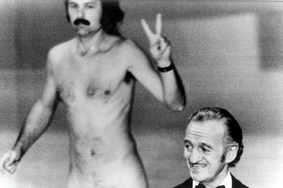 En plein discours, David Niven se retrouve soudainement interrompu par l'artiste et activiste gay Robert Opel qui apparaît nu sur scène derrière lui. Fidèle à son flegme de gentleman anglais, c'est avec humour qu'il commente : «N'est-ce pas fascinant de penser que, probablement, le seul rire qu'obtiendra cet homme dans sa vie ne sera qu'en se déshabillant et en montrant ses petits défauts».