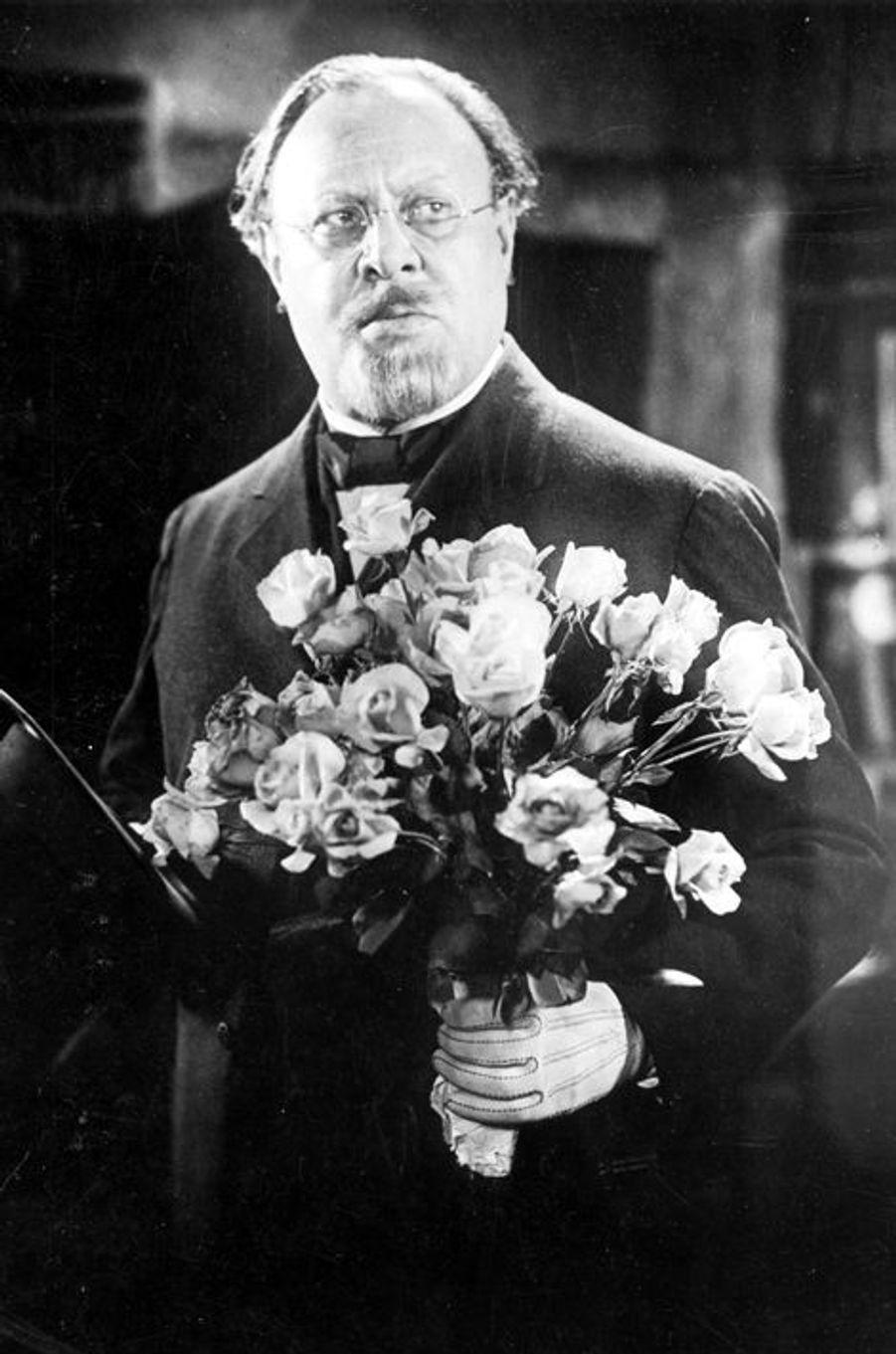 Star du cinéma muet, Emil Jannings est le premier acteur à recevoir un Oscar lors de la première cérémonie en 1929 et le premier non Américain à être primé. Face à l'arrivée du cinéma parlant, cet allemand d'origine retourne dans son pays pour finalement jouer dans plusieurs films nazis et être nommé «artiste d'état» par Joseph Goebbels, même s'il ne s'est jamais engagé dans le parti. La légende dit que lors de l'arrivée des troupes alliées en 1945, il aurait utilisé son Oscar comme preuve de ses rapports passés avec Hollywood en espérant éviter de se faire tuer.
