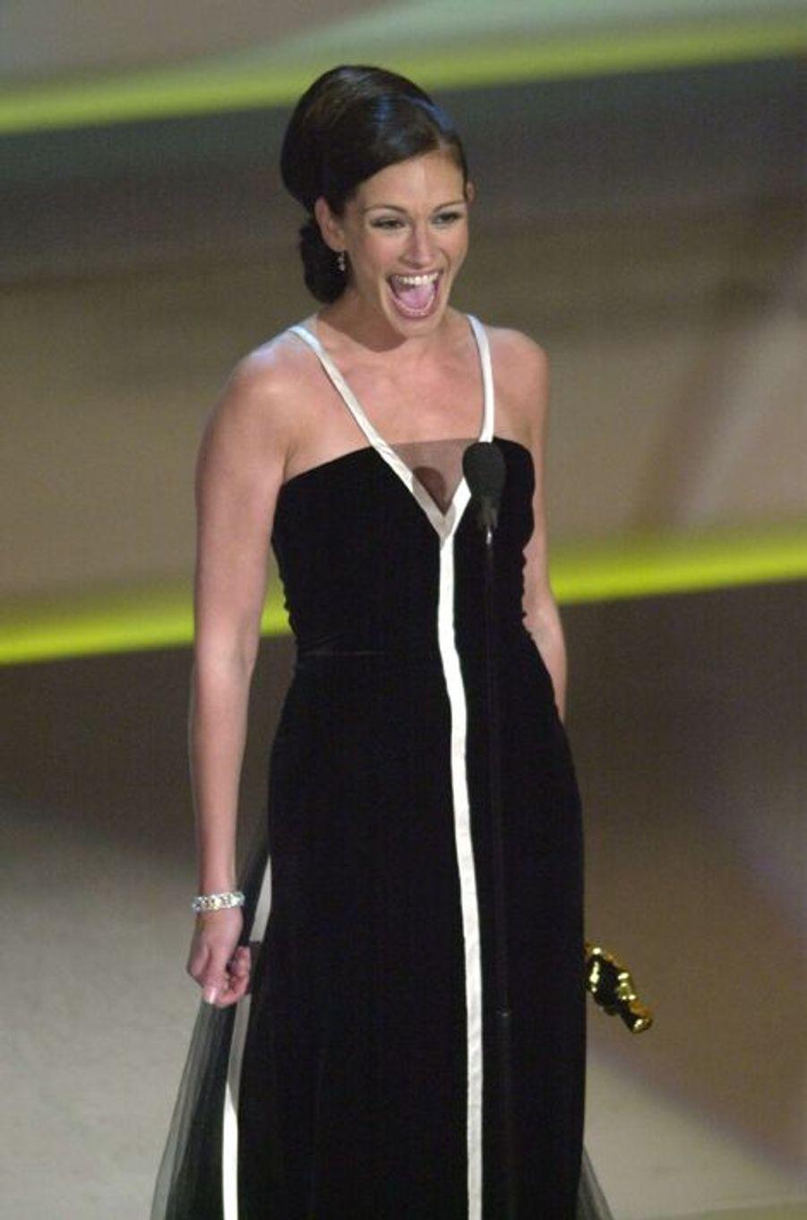Grande gagnante de l'Oscar de la meilleure actrice pour son film «Erin Brockovich» en 2001, c'est une Julia Roberts débordante de joie qui monte sur scène pour récupérer son trophée. Malgré un discours chronométré à la seconde près, la comédienne prend le temps de savourer cet instant avec humour en remerciant son entourage et ses nombreux partenaires de tournage.