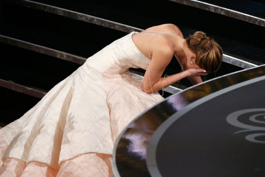 Nommée pour la première fois et finalement récompensée en tant que meilleur actrice pour «Happiness Therapy» à seulement 23 ans, c'est sous le choc que Jennifer Lawrence va chercher son trophée en trébuchant sur sa volumineuse robe Dior en montant les escaliers. Une fois arrivée devant le pupitre, c'est soutenue par les applaudissements des spectateurs qu'elle transforme sa gêne en trait d'humour : «C'est fou. Vous êtes debout seulement parce que je suis tombée et que vous vous sentez mal. C'était embarrassant».