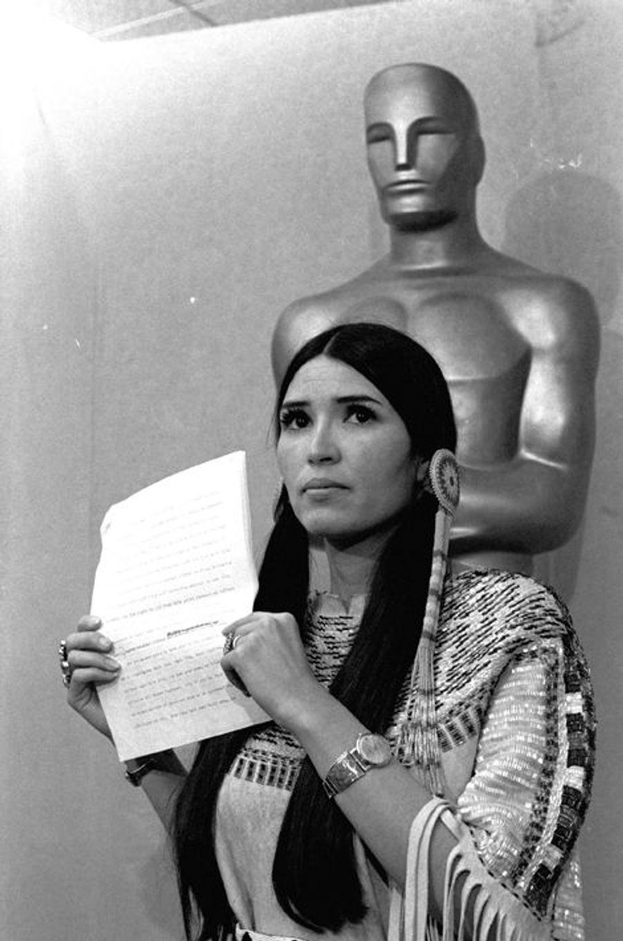 Primé pour son rôle dans «Le Parrain» en 1973, Marlon Brando refuse son Oscar du meilleur acteur et profite de l'évènement pour envoyer Sacheen LittleFeather, activiste pour les droits des natifs américains. Celle-ci dénonce le portrait fait des Amérindiens dans les œuvres cinématographiques et de divertissement devant l'ensemble de la profession et des journalistes réunis pour l'occasion, bénéficiant ainsi d'une exposition exceptionnelle.