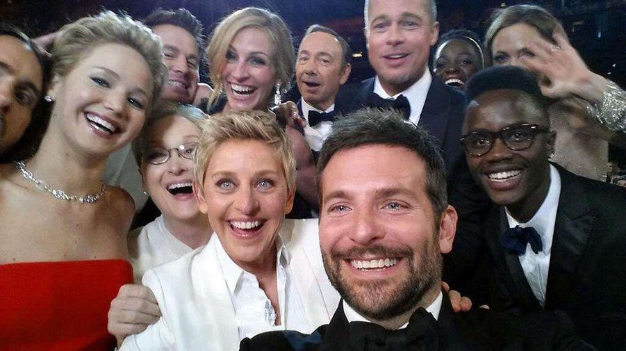 Après avoir offert de la pizza aux célèbres spectateurs, la présentatrice Ellen Degeneres a réalisé le selfie le plus retwitté de l'histoire avec plus de trois millions de partages. Ce qui était à l'origine une blague écrite à l'avance pour surprendre Meryl Streep a finalement tourné en photo de groupe dans laquelle Jennifer Lawrence, Bradley Cooper, Angelina Jolie, Brad Pitt, Lupita Nyong'o ou encore Julia Roberts prennent la pose tout sourire.
