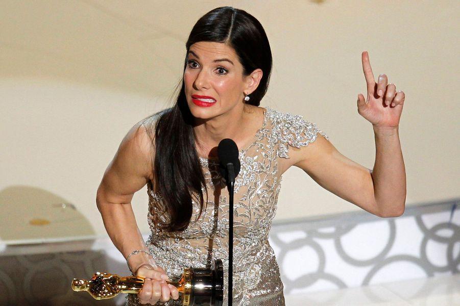 Alors qu'elle vient tout juste de recevoir le Razzie Awards de la pire actrice pour son rôle dans «All about Steeve», Sandra Bullock est nommée meilleur actrice à peine 24 heures après lors des Oscars 2010 pour «The Blind Side». Mais c'est avec humour que la comédienne reçoit ses deux prix successifs en commentant devant une audience debout : «L'ai-je vraiment mérité, ou est-ce que c'est moi qui vous tire vers le bas ?».