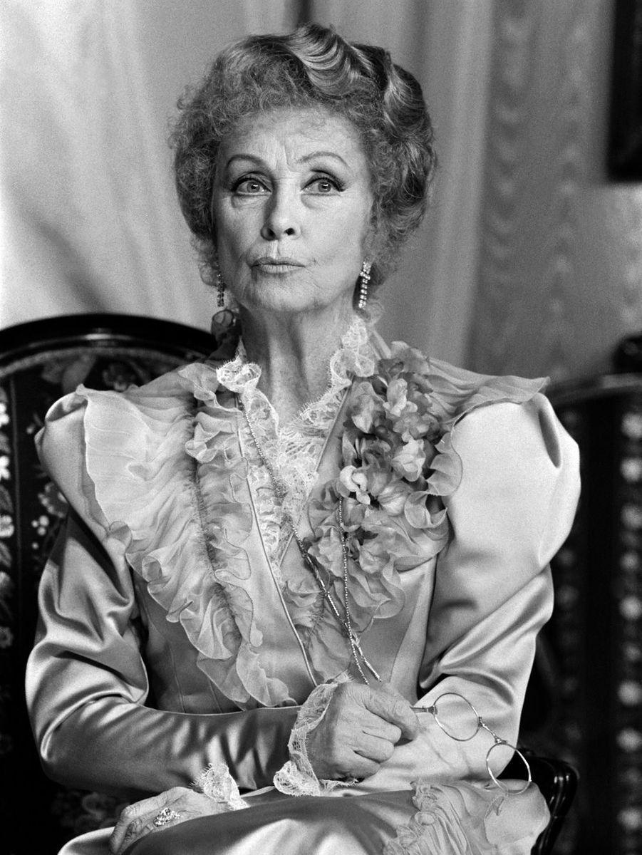 """L'actrice Danielle Darrieux interprète le rôle de la tante de """"Gigi"""" de Colette, le 03 avril 1985, au Théâtre des Nouveautés, à Paris."""