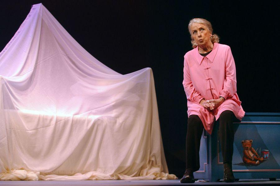 """La comédienne Danielle Darrieux, 85 ans, interprète, seule en scène, le monologue d'Eric-Emmanuel Schmitt """"Oscar et la dame en rose"""", le 07 février 2003 à la Comédie des Champs-Elysées."""