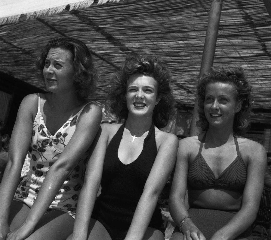 """Michèle Morgan, Micheline Presle et Daniele Darrieux en 1946 sur le tournage de""""La Symphonie pastorale""""."""