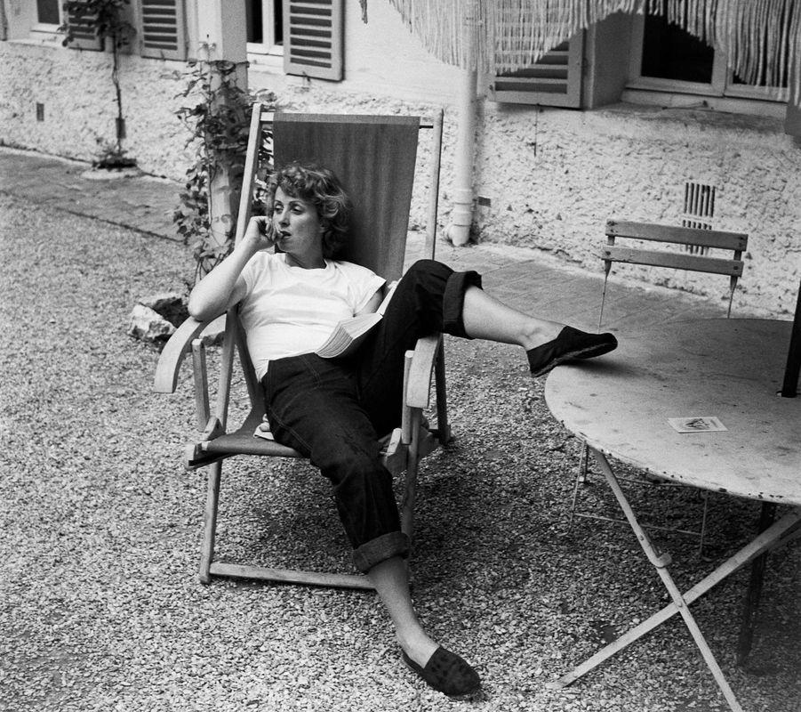 Danielle Darrieux pose chez elle dans les années 1940.