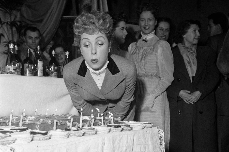 Danielle Darrieux fête son anniversaire en 1951.