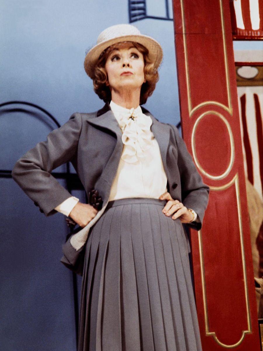 """Danielle Darrieux répète une scène de la pièce """"Lucienne et le Boucher"""", en septembre 1976, au Théâtre Saint-Georges, à Paris."""