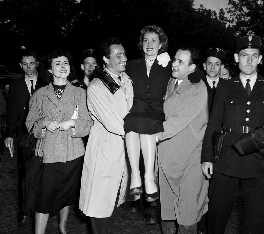 La Kermesse aux Etoiles organisée dans le jardin des Tuileries au profit des oeuvres de la division Leclerc.