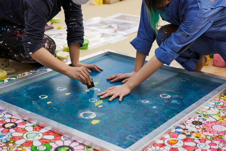 Application de peinture par impression au travers d'un calque en polyamide poreux.