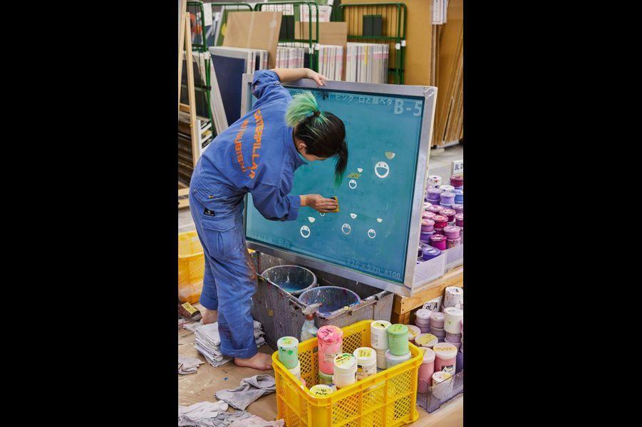Une collaboratrice lave les cadres après chaque utilisation.