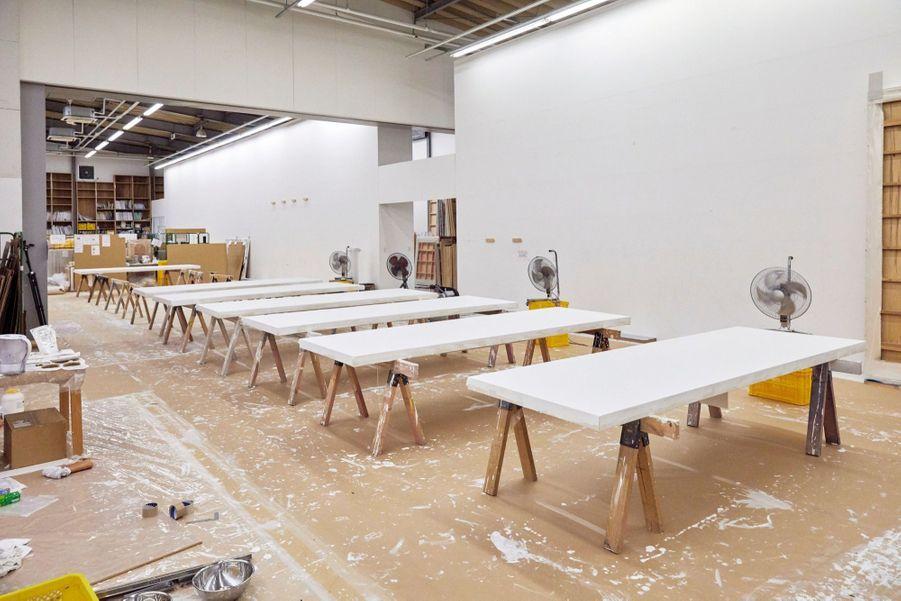 Les toiles, d'abord peintes en blanc, sèchent sous l'action de ventilateurs.