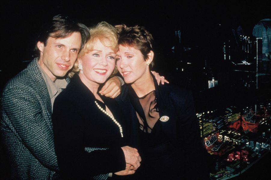 Debbie Reynolds et ses deux enfants, Todd et Carrie Fisher en 1990
