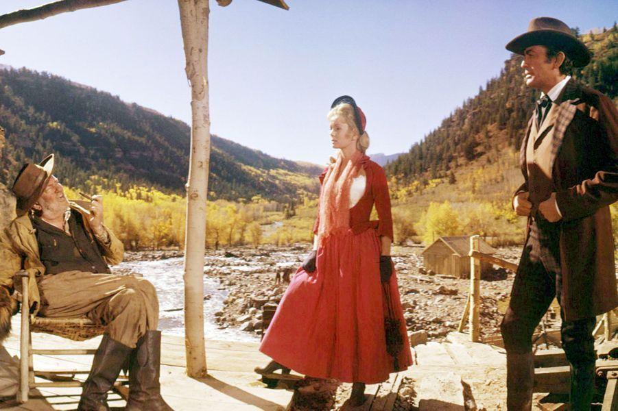"""1962 - Debbie Reynolds sur le tournage du film """"La conquête de l'Ouest"""" de John Ford, avec Jay C Flippen et Gregory Peck"""