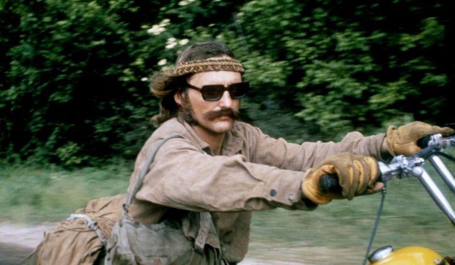 Déjà connu pour ses qualités d'acteur - il a notamment donné la réplique à James Dean dans La Fureur de vivre -, Dennis Hopper signe son premier film comme cinéaste, un odyssée culte qui a marqué la génération hippie.