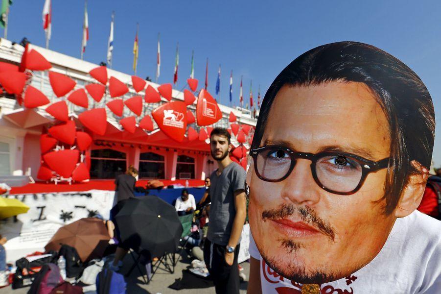 Vendredi 4 septembre : Une fan de Johnny Depp porte un masque à son effigie à la 72ème édition du festival international du film de Venise.