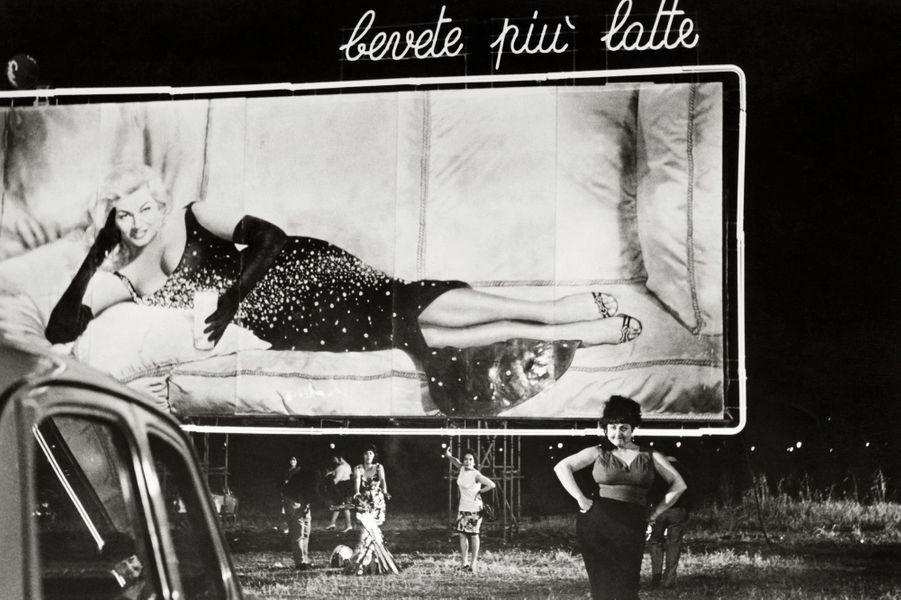 "Anita Ekberg sur les affiches de ""Boccaccio '70"", en 1962"