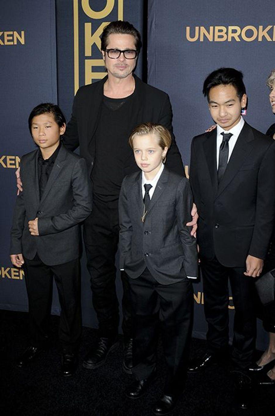 Brad Pitt, entouré de ses enfants, Pax, Shiloh et Maddox, à Los Angeles le 15 décembre 2014