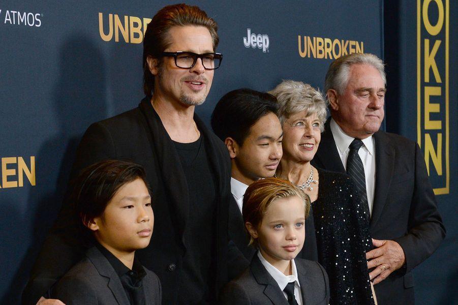 Brad Pitt, entouré de ses enfants, Pax, Shiloh et Maddox, ainsi que de ses parents, Jane et William, à Los Angeles le 15 décembre 2014