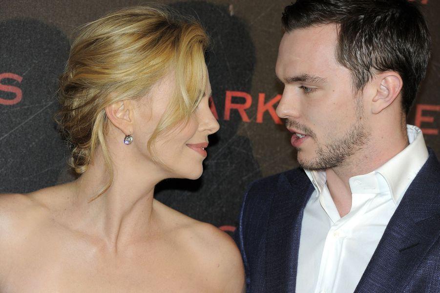 Charlize Theron et Nicholas Hoult à Paris le 31 mars 2015