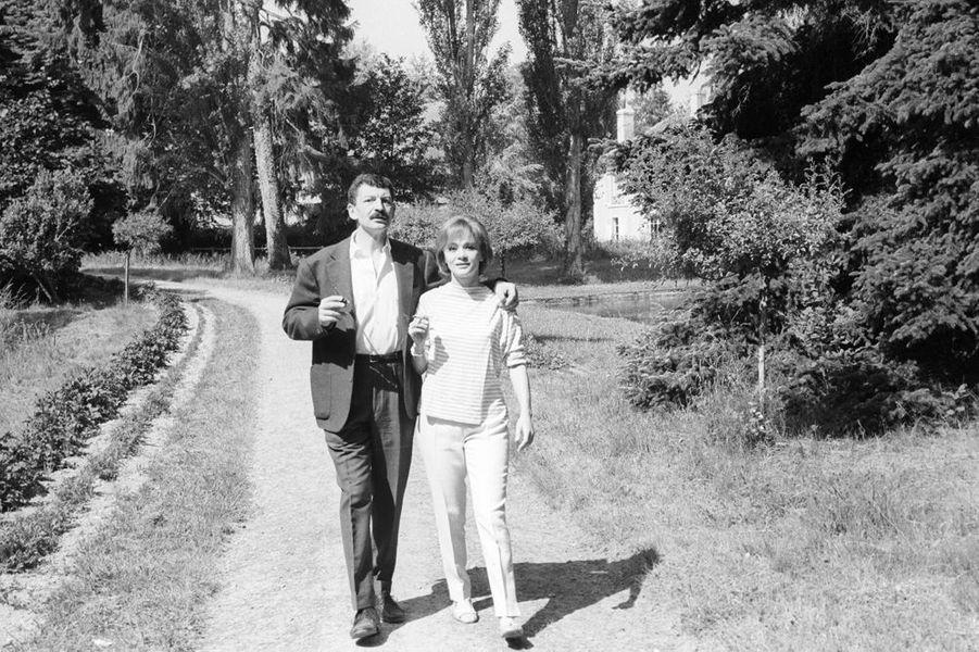 Danièle Delorme et Yves Robert se baladent dans leur propriété du Moulin de la Gueville, juin 1962