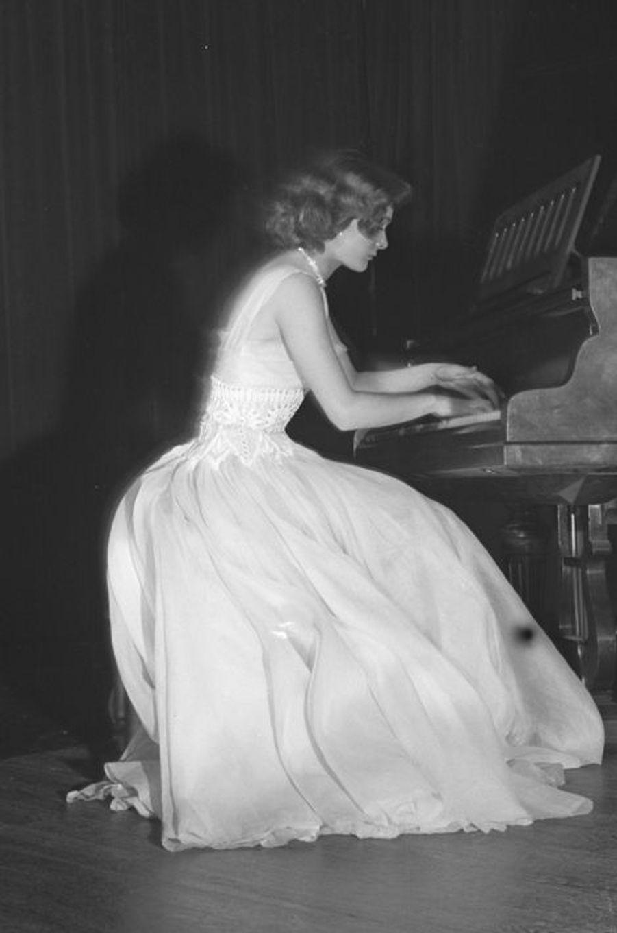 Danièle Garofalo joue du piano, mars 1954