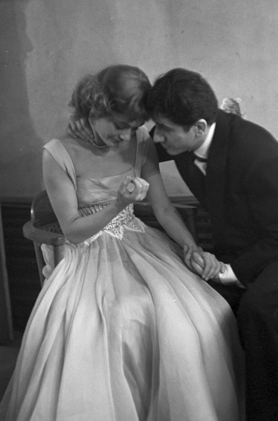 Mars 1954, Paris. Danièle Delorme présente des numéros lors d'un gala en compagnie de Daniel Gelin