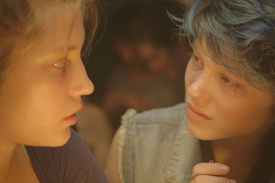 Le synopsis: À 15 ans, Adèle ne se pose pas de question : une fille, ça sort avec des garçons. Sa vie bascule le jour où elle rencontre Emma, une jeune femme aux cheveux bleus, qui lui fait découvrir le désir et lui permettra de s'affirmer en tant que femme et adulte. Face au regard des autres Adèle grandit, se cherche, se perd, se trouve...Pourquoi on y croit: la Palme d'or du dernier Festival de Cannes est un torrent émotionnel qui a bouleversé la critique en mai dernier. Malgré sa réputation de tyran des plateaux, l'auteur de «L'Esquive» a un public fidèle et le bouche-à-oreille devrait lui être favorable. Reste à mesurer l'effet négatif de la polémique et de la surexposition médiatique de son duo d'actrices.
