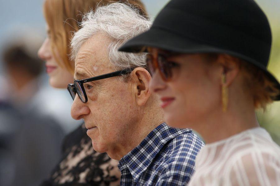 Woody Allen, entouré de ses actrices, à Cannes le 15 mai 2015