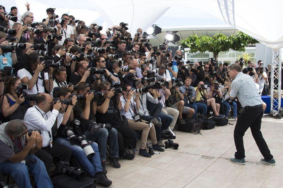 Gus Van Sant capture la horde de photographes à Cannes le 16 mai 2015